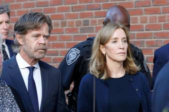 Actriz de 'Donas de Casa Desesperadas' Felicity Huffman condenada a 14 dias de prisão
