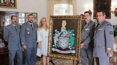 Artista Lucinda Perestrelo doa quadros à Zona Militar da Madeira