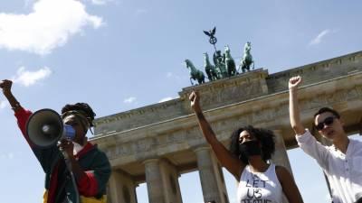 Cerca de mil pessoas manifestaram-se de novo em Berlim exigindo justiça para George Floyd