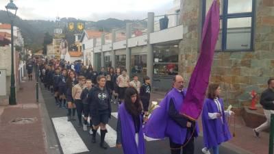 Cortejo de homenagem às vítimas ruma ao local do trágico acidente no Caniço