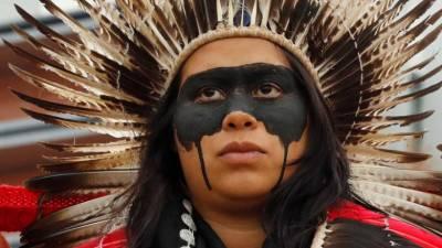 Indígenas protestam junto da sede da Repsol contra petróleo no mar brasileiro