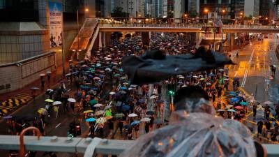 Milhares de manifestantes protestam à frente do parlamento de Hong Kong
